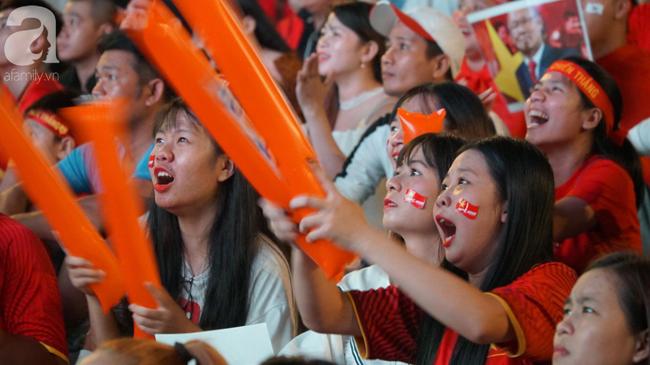 Tới đêm, hàng triệu người hâm mộ vẫn đổ xuống đường đi bão mừng Việt Nam vào Bán kết AFF Cup - Ảnh 20.