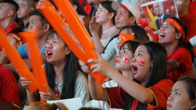 Người hâm mộ bắt đầu đổ xuống đường đi bão mừng chiến thắng 2-1 của Việt Nam - Ảnh 14.