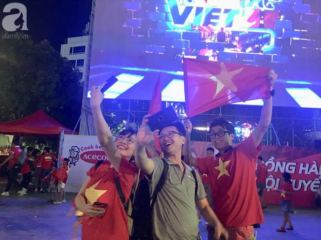 Tới đêm, hàng triệu người hâm mộ vẫn đổ xuống đường đi bão mừng Việt Nam vào Bán kết AFF Cup - Ảnh 25.