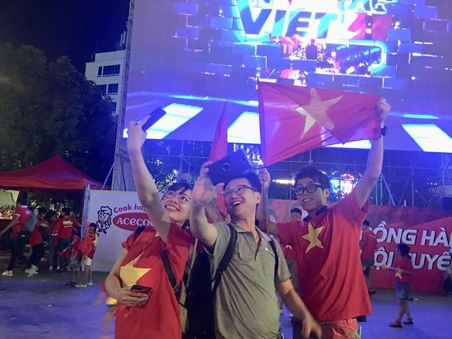 Người hâm mộ bắt đầu đổ xuống đường đi bão mừng chiến thắng 2-1 của Việt Nam - Ảnh 21.