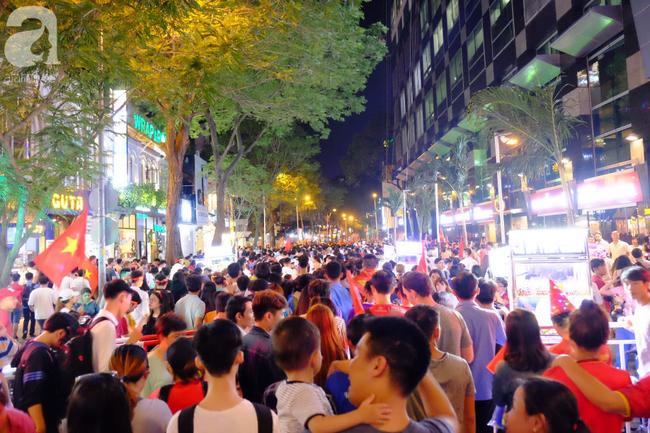 Tới đêm, hàng triệu người hâm mộ vẫn đổ xuống đường đi bão mừng Việt Nam vào Bán kết AFF Cup - Ảnh 17.