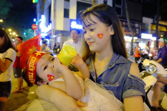 Người hâm mộ bắt đầu đổ xuống đường đi bão mừng chiến thắng 2-1 của Việt Nam - Ảnh 13.