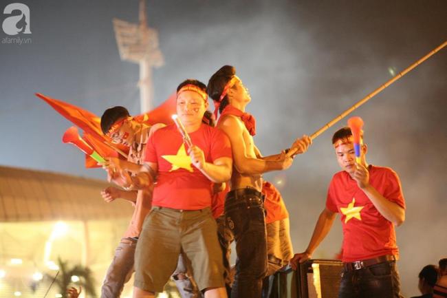 Tới đêm, hàng triệu người hâm mộ vẫn đổ xuống đường đi bão mừng Việt Nam vào Bán kết AFF Cup - Ảnh 14.