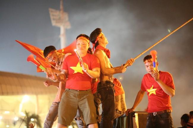Người hâm mộ bắt đầu đổ xuống đường đi bão mừng chiến thắng 2-1 của Việt Nam - Ảnh 6.