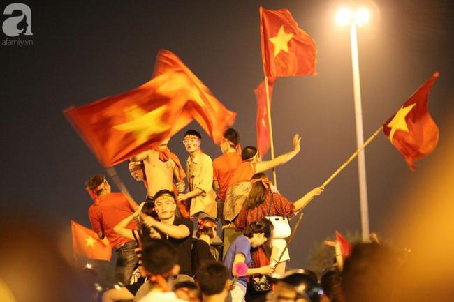 Tới đêm, hàng triệu người hâm mộ vẫn đổ xuống đường đi bão mừng Việt Nam vào Bán kết AFF Cup - Ảnh 9.