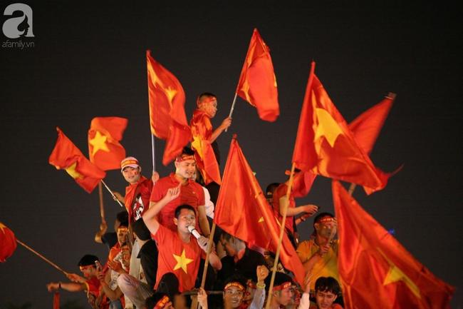 Tới đêm, hàng triệu người hâm mộ vẫn đổ xuống đường đi bão mừng Việt Nam vào Bán kết AFF Cup - Ảnh 10.