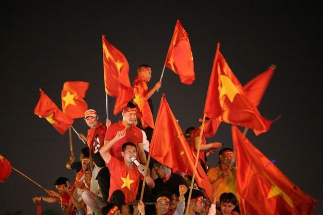 Người hâm mộ bắt đầu đổ xuống đường đi bão mừng chiến thắng 2-1 của Việt Nam - Ảnh 2.