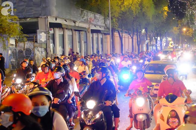 Tới đêm, hàng triệu người hâm mộ vẫn đổ xuống đường đi bão mừng Việt Nam vào Bán kết AFF Cup - Ảnh 12.