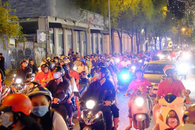 Người hâm mộ bắt đầu đổ xuống đường đi bão mừng chiến thắng 2-1 của Việt Nam - Ảnh 4.