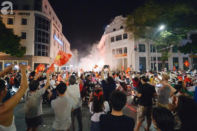 Tới đêm, hàng triệu người hâm mộ vẫn đổ xuống đường đi bão mừng Việt Nam vào Bán kết AFF Cup - Ảnh 4.