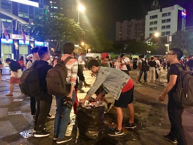 Hình ảnh đẹp: Nhiều bạn trẻ ở Sài Gòn không ngại bẩn, dọn sạch rác trên phố đi bộ sau chiến thắng của Việt Nam - Ảnh 3.