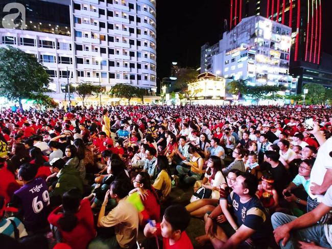 Tới đêm, hàng triệu người hâm mộ vẫn đổ xuống đường đi bão mừng Việt Nam vào Bán kết AFF Cup - Ảnh 27.