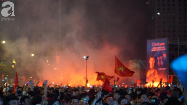 Tới đêm, hàng triệu người hâm mộ vẫn đổ xuống đường đi bão mừng Việt Nam vào Bán kết AFF Cup - Ảnh 21.