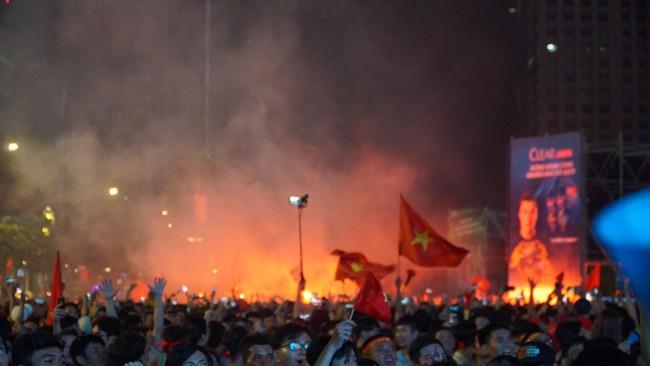 Người hâm mộ bắt đầu đổ xuống đường đi bão mừng chiến thắng 2-1 của Việt Nam - Ảnh 15.