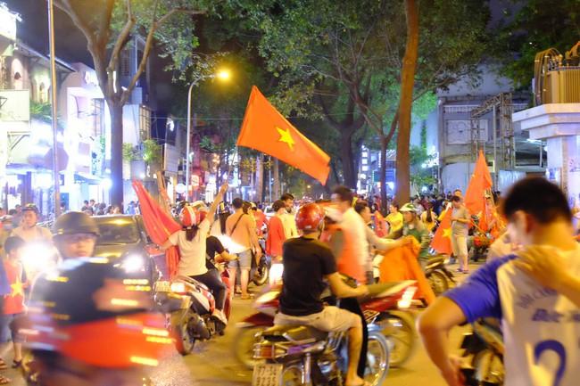 Người hâm mộ bắt đầu đổ xuống đường đi bão mừng chiến thắng 2-1 của Việt Nam - Ảnh 9.