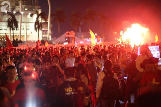 Tới đêm, hàng triệu người hâm mộ vẫn đổ xuống đường đi bão mừng Việt Nam vào Bán kết AFF Cup - Ảnh 11.