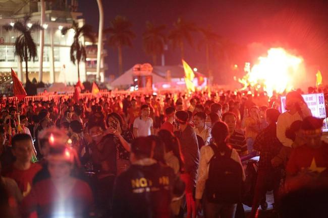 Người hâm mộ bắt đầu đổ xuống đường đi bão mừng chiến thắng 2-1 của Việt Nam - Ảnh 3.