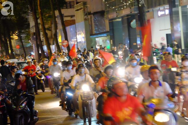 Tới đêm, hàng triệu người hâm mộ vẫn đổ xuống đường đi bão mừng Việt Nam vào Bán kết AFF Cup - Ảnh 13.