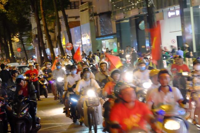 Người hâm mộ bắt đầu đổ xuống đường đi bão mừng chiến thắng 2-1 của Việt Nam - Ảnh 5.
