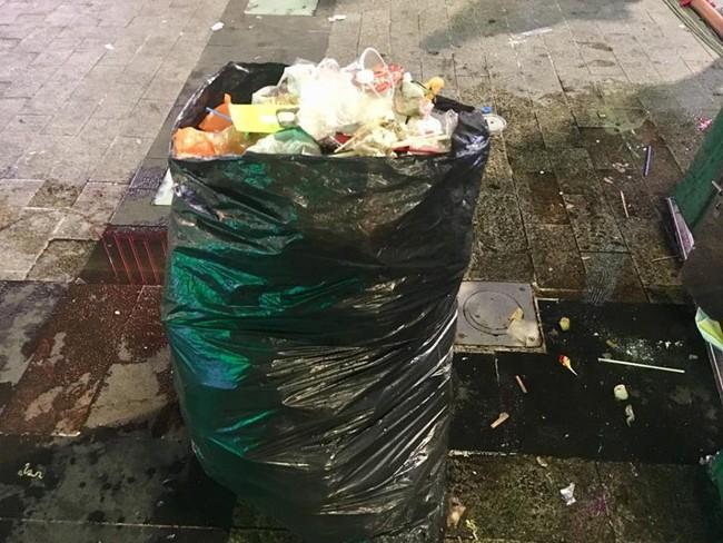 Hình ảnh đẹp: Nhiều bạn trẻ ở Sài Gòn không ngại bẩn, dọn sạch rác trên phố đi bộ sau chiến thắng của Việt Nam - Ảnh 6.