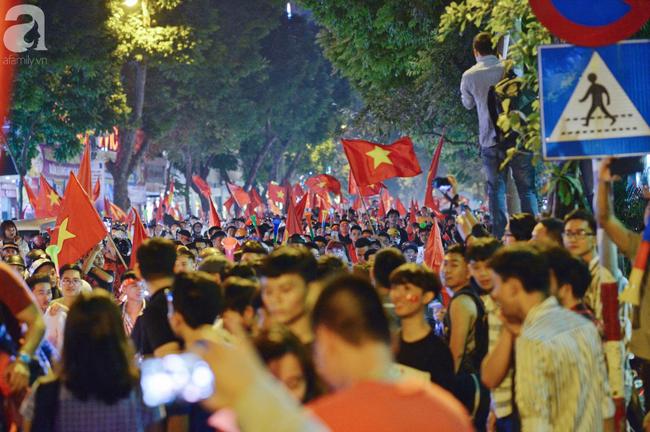 Tới đêm, hàng triệu người hâm mộ vẫn đổ xuống đường đi bão mừng Việt Nam vào Bán kết AFF Cup - Ảnh 5.