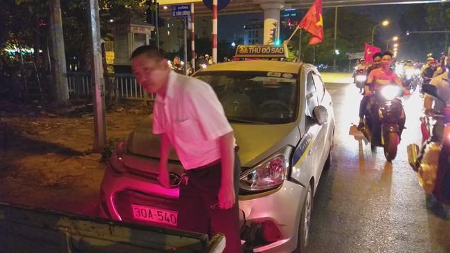 Tai nạn giao thông liên tiếp trong lúc CĐV xuống đường ăn mừng chiến thắng Việt Nam - Philippines - Ảnh 8.