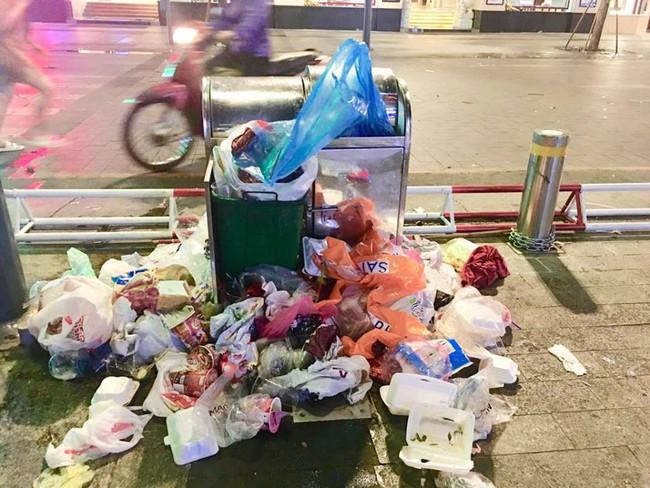 Hình ảnh đẹp: Nhiều bạn trẻ ở Sài Gòn không ngại bẩn, dọn sạch rác trên phố đi bộ sau chiến thắng của Việt Nam - Ảnh 7.