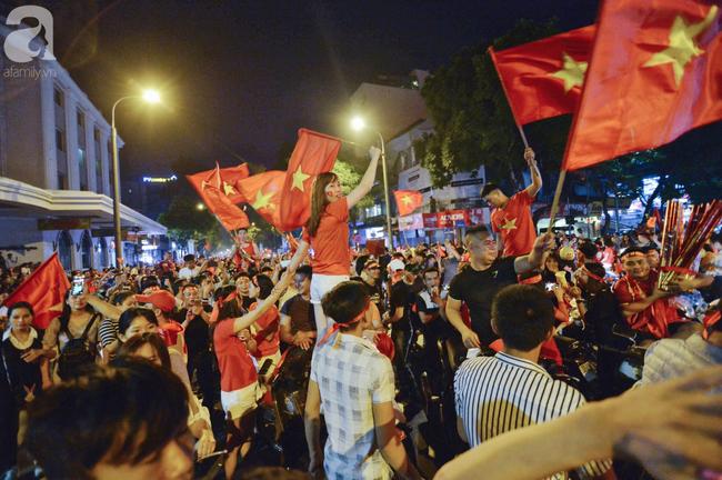 Tới đêm, hàng triệu người hâm mộ vẫn đổ xuống đường đi bão mừng Việt Nam vào Bán kết AFF Cup - Ảnh 3.