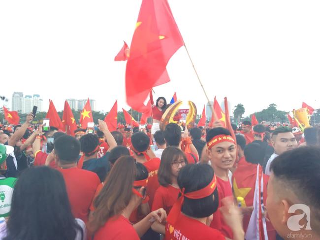 Tới đêm, hàng triệu người hâm mộ vẫn đổ xuống đường đi bão mừng Việt Nam vào Bán kết AFF Cup - Ảnh 38.