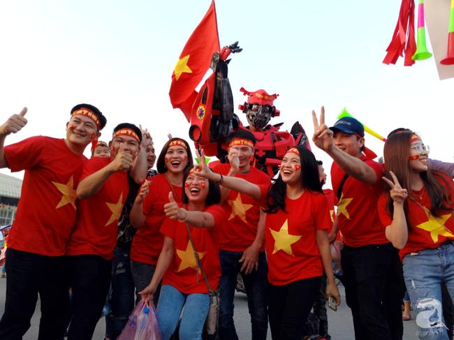 Tới đêm, hàng triệu người hâm mộ vẫn đổ xuống đường đi bão mừng Việt Nam vào Bán kết AFF Cup - Ảnh 45.