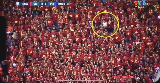 Hài hước hình ảnh ông bố vừa xem bóng, vừa trông con xuất hiện trong trận đấu căng thẳng giữa Việt Nam và Philippines  - Ảnh 1.