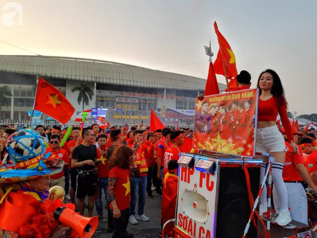 Tới đêm, hàng triệu người hâm mộ vẫn đổ xuống đường đi bão mừng Việt Nam vào Bán kết AFF Cup - Ảnh 39.