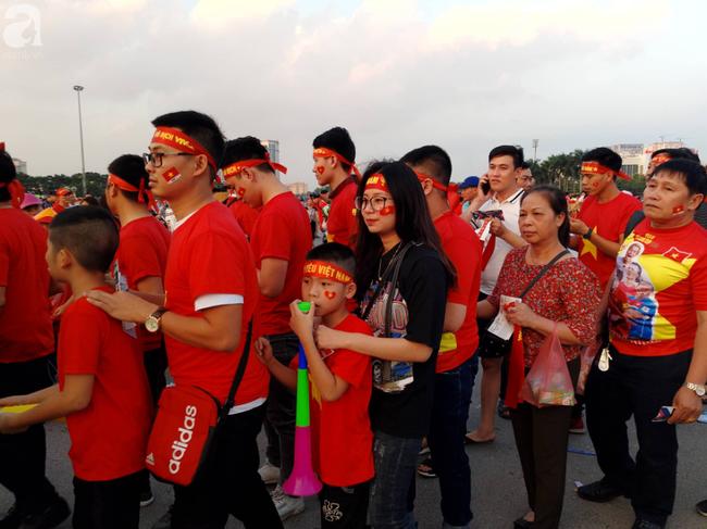 Tới đêm, hàng triệu người hâm mộ vẫn đổ xuống đường đi bão mừng Việt Nam vào Bán kết AFF Cup - Ảnh 42.