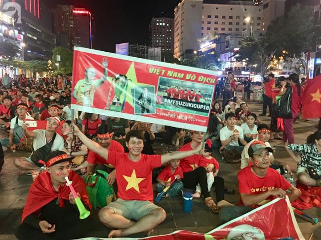 Tới đêm, hàng triệu người hâm mộ vẫn đổ xuống đường đi bão mừng Việt Nam vào Bán kết AFF Cup - Ảnh 35.