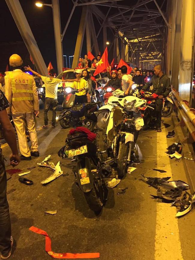 Tai nạn giao thông liên tiếp trong lúc CĐV xuống đường ăn mừng chiến thắng Việt Nam - Philippines - Ảnh 2.