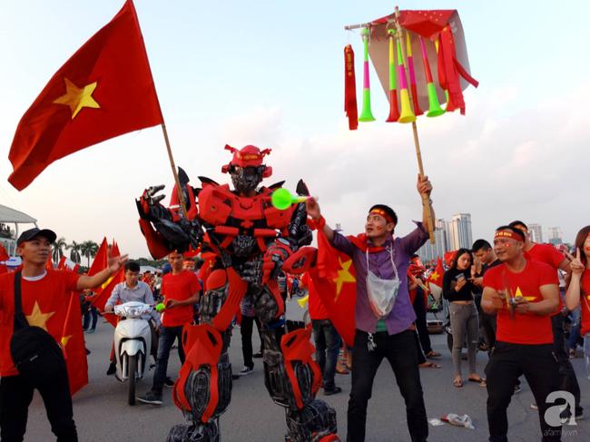 Tới đêm, hàng triệu người hâm mộ vẫn đổ xuống đường đi bão mừng Việt Nam vào Bán kết AFF Cup - Ảnh 44.