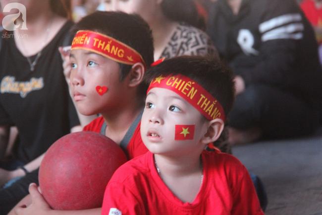 Tới đêm, hàng triệu người hâm mộ vẫn đổ xuống đường đi bão mừng Việt Nam vào Bán kết AFF Cup - Ảnh 34.
