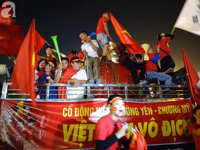 Tới đêm, hàng triệu người hâm mộ vẫn đổ xuống đường đi bão mừng Việt Nam vào Bán kết AFF Cup - Ảnh 37.