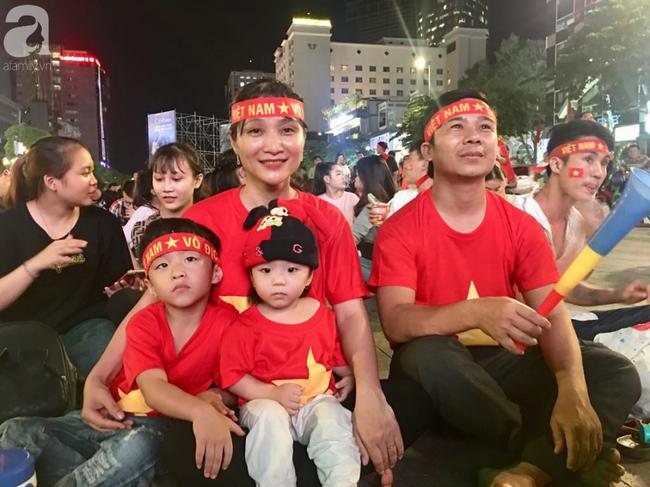 Tới đêm, hàng triệu người hâm mộ vẫn đổ xuống đường đi bão mừng Việt Nam vào Bán kết AFF Cup - Ảnh 33.