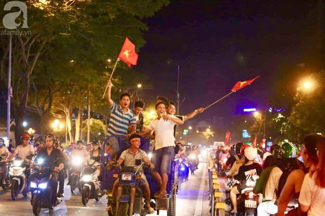 Tới đêm, hàng triệu người hâm mộ vẫn đổ xuống đường đi bão mừng Việt Nam vào Bán kết AFF Cup - Ảnh 7.