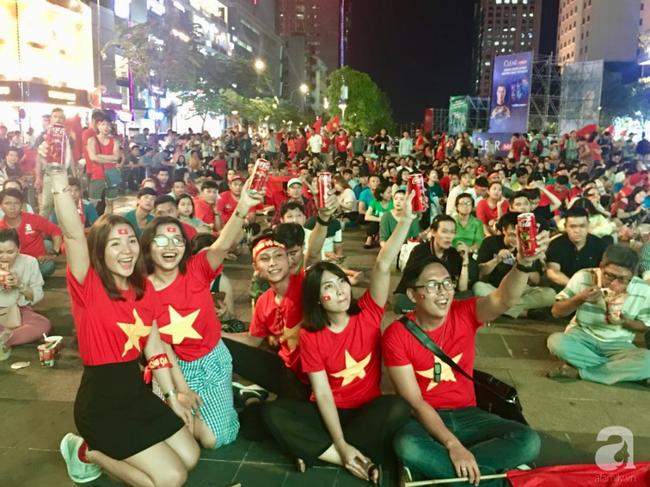 Tới đêm, hàng triệu người hâm mộ vẫn đổ xuống đường đi bão mừng Việt Nam vào Bán kết AFF Cup - Ảnh 32.