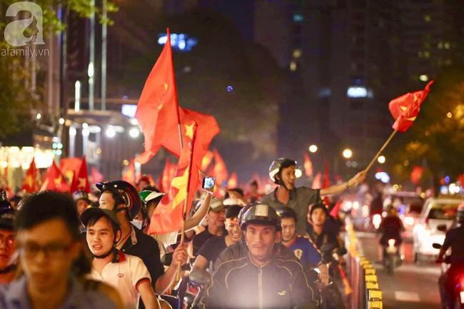 Tới đêm, hàng triệu người hâm mộ vẫn đổ xuống đường đi bão mừng Việt Nam vào Bán kết AFF Cup - Ảnh 8.