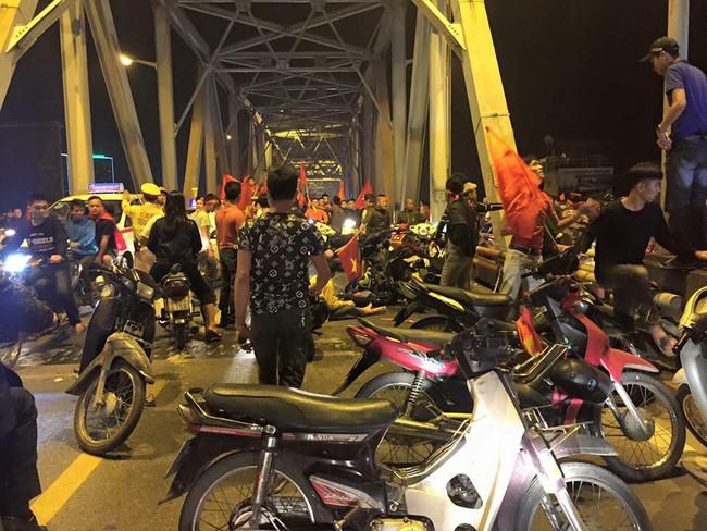 Tai nạn giao thông liên tiếp trong lúc CĐV xuống đường ăn mừng chiến thắng Việt Nam - Philippines - Ảnh 1.