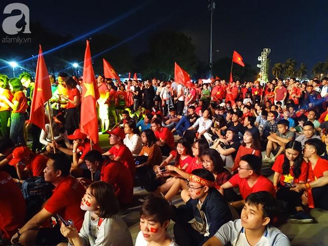 Tới đêm, hàng triệu người hâm mộ vẫn đổ xuống đường đi bão mừng Việt Nam vào Bán kết AFF Cup - Ảnh 36.