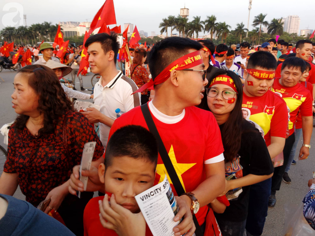 Tới đêm, hàng triệu người hâm mộ vẫn đổ xuống đường đi bão mừng Việt Nam vào Bán kết AFF Cup - Ảnh 43.