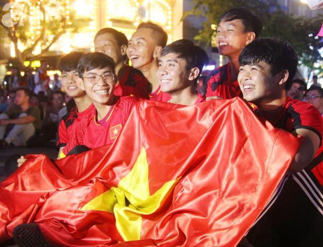 Tới đêm, hàng triệu người hâm mộ vẫn đổ xuống đường đi bão mừng Việt Nam vào Bán kết AFF Cup - Ảnh 31.