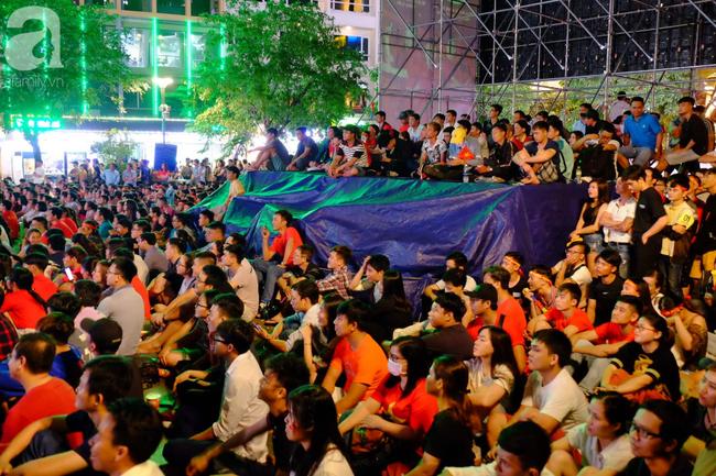 Tới đêm, hàng triệu người hâm mộ vẫn đổ xuống đường đi bão mừng Việt Nam vào Bán kết AFF Cup - Ảnh 28.