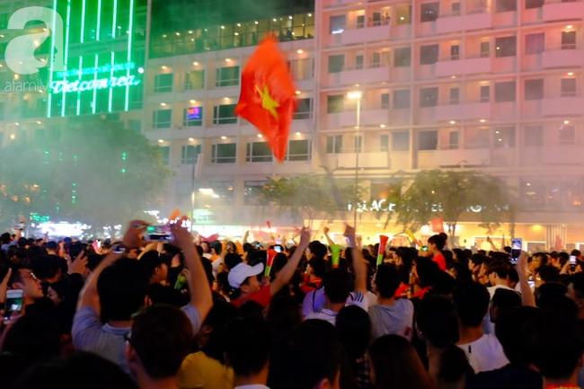 Tới đêm, hàng triệu người hâm mộ vẫn đổ xuống đường đi bão mừng Việt Nam vào Bán kết AFF Cup - Ảnh 24.