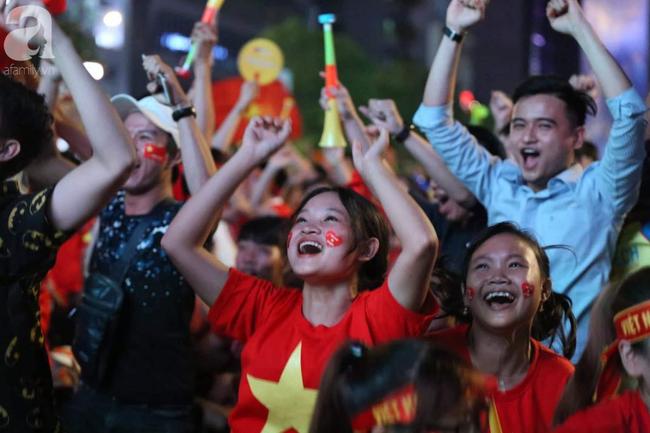 Tới đêm, hàng triệu người hâm mộ vẫn đổ xuống đường đi bão mừng Việt Nam vào Bán kết AFF Cup - Ảnh 18.