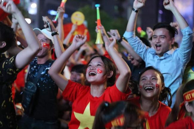 Người hâm mộ bắt đầu đổ xuống đường đi bão mừng chiến thắng 2-1 của Việt Nam - Ảnh 11.